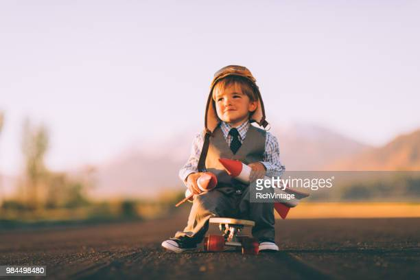 negócios jovem menino no skate com foguetes - 2 3 anos - fotografias e filmes do acervo