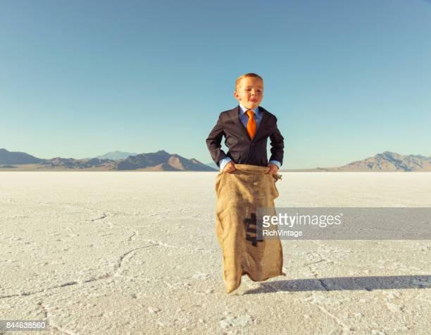 ジャガイモの袋に若いビジネス男の子のレース