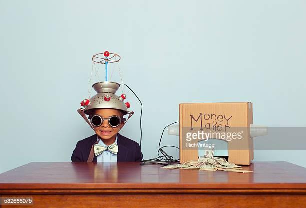 Junge Business-Junge trägt Geist Lesung Helm macht Geld