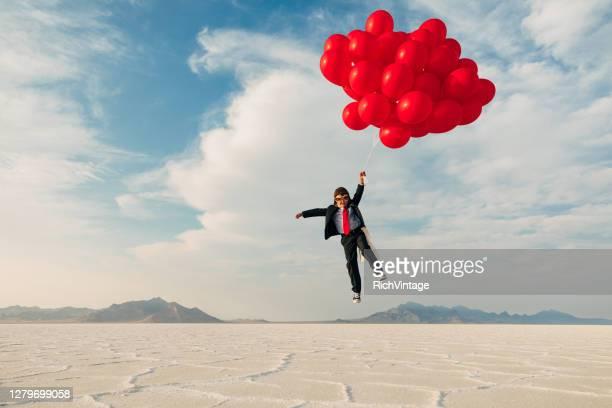 風船を持つ若いビジネス少年 - 様式 ストックフォトと画像