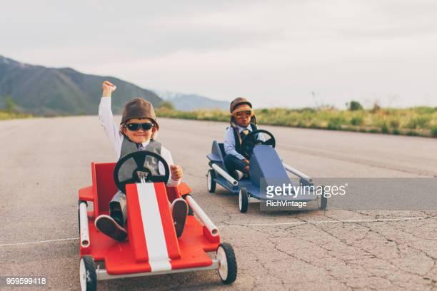 jonge business jongens gaan kar racing - beëindigen stockfoto's en -beelden