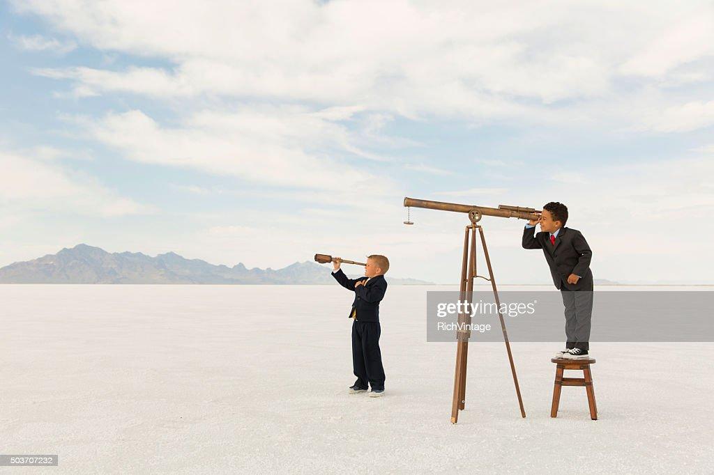 Young Business Jungen Blick durchs Teleskope : Stock-Foto