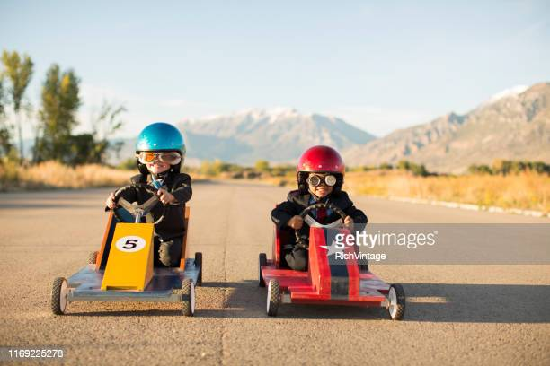 jeunes garçons d'affaires racing toy cars - challenge competition photos et images de collection
