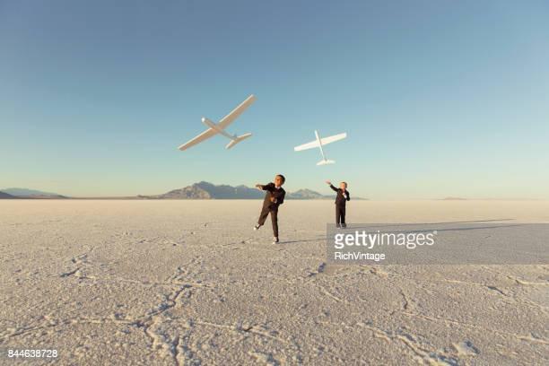 Junges Unternehmen jungen werfen Spielzeug Flugzeuge
