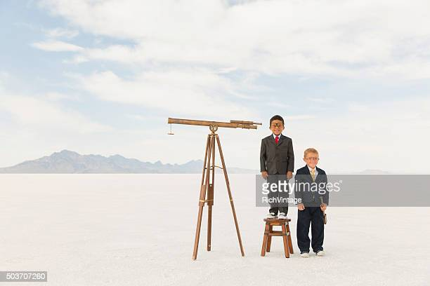 Junge Business-Jungen mit Teleskopen