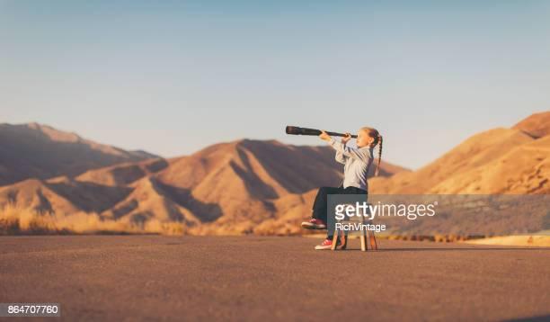 Junge Mädchen sieht durch Teleskop