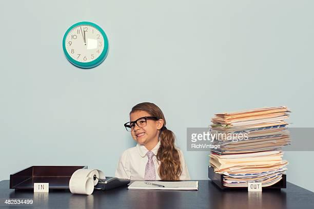 Young Business-Frau im Büro mit Krawatte