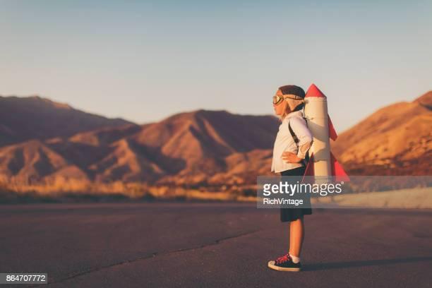 entreprise jeune fille avec rocket pack - innovation photos et images de collection