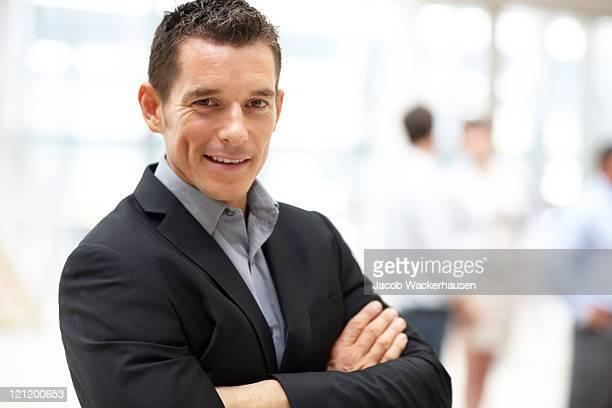 Jeune homme d'affaires, debout dans le bureau en toute confiance