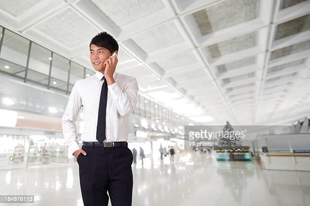 携帯電話を使用して若いビジネス男