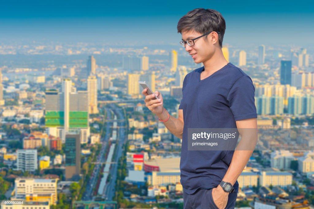 Homme d'affaires jeune en utilisant l'ordinateur portable et tablette numérique paysage urbain historique : Photo