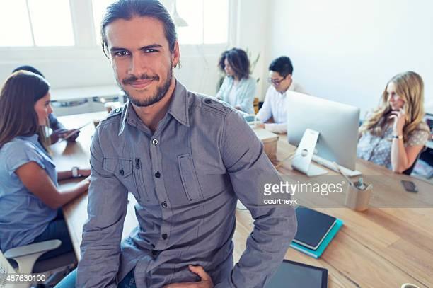 Young business manager steht vor seinem team.