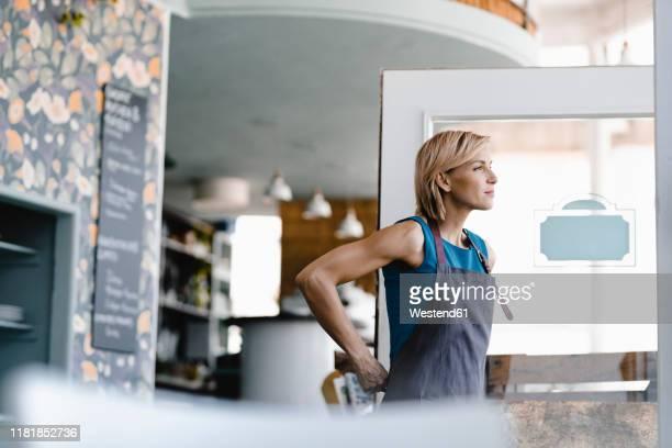 young business owner opening her coffee shop - independência imagens e fotografias de stock