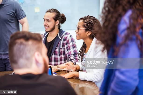 Junge Geschäftsleute Diskussion am Schreibtisch im Büro
