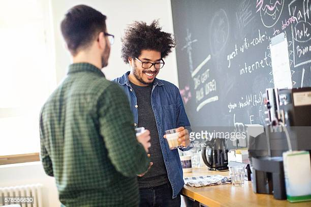 young business people having coffee break - pauze nemen stockfoto's en -beelden