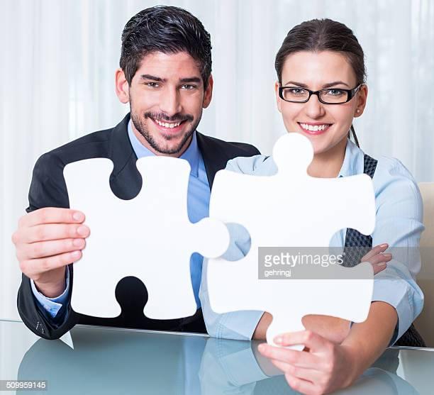 Jeunes gens d'affaires un puzzle de coutures