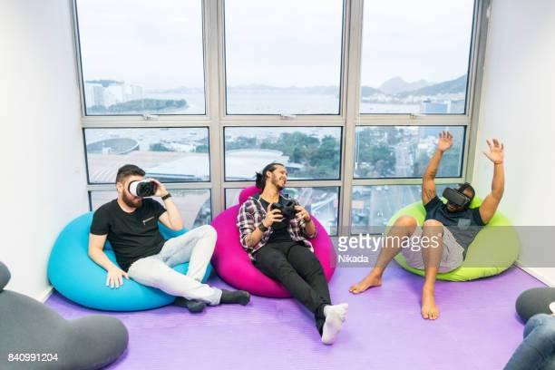 jeunes gens d'affaires à l'aide de simulateurs de réalité virtuelle - sacco photos et images de collection