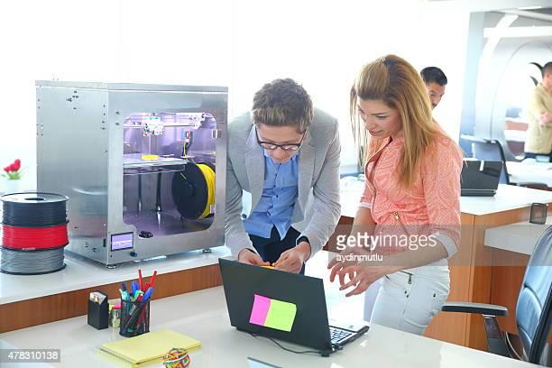 Jovens negócios pessoas trabalhando no escritório 3D da impressora