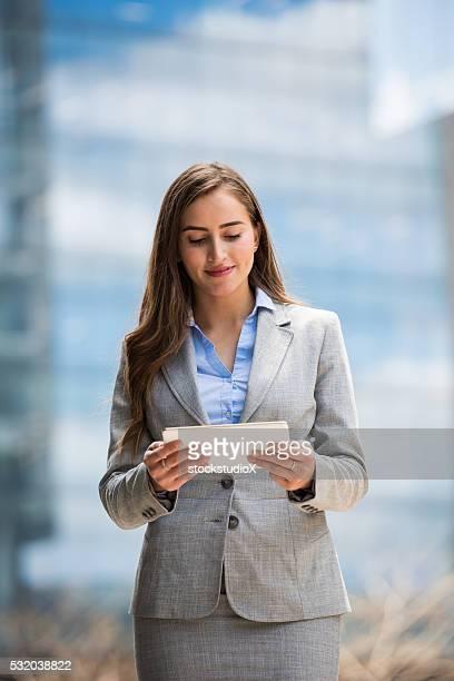 若いビジネス、タブレットを使用して、 - businesswear ストックフォトと画像