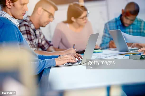 Jeune équipe des affaires dans le bureau