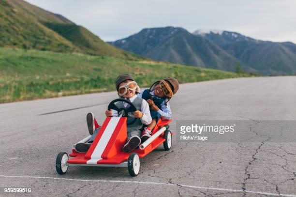 equipe de negócios jovem dos meninos ir carrinhos de corrida - estabelecer uma ponte - fotografias e filmes do acervo