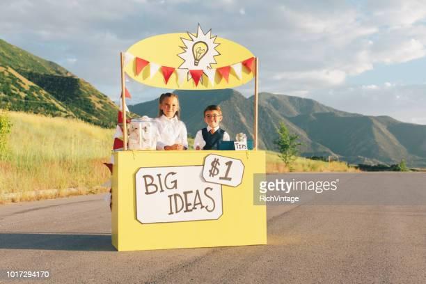 jonge business team loopt grote idee stand - klanten georiënteerd stockfoto's en -beelden