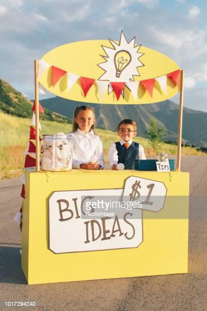 junges unternehmen team läuft große idee stand - kapitalismus stock-fotos und bilder