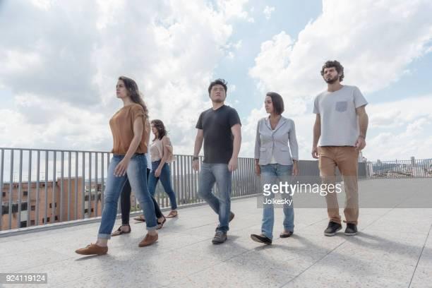 equipo joven en una azotea - vista de ángulo bajo fotografías e imágenes de stock
