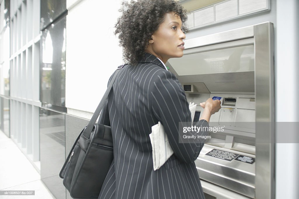 Young business woman at cash point : Foto stock