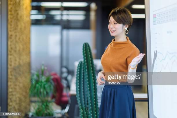 スピーチを与える若いビジネス女性 - showing ストックフォトと画像