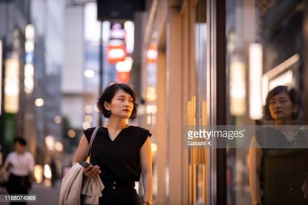 仕事があって帰宅する若いビジネスウーマン - 仕事後 ストックフォトと画像