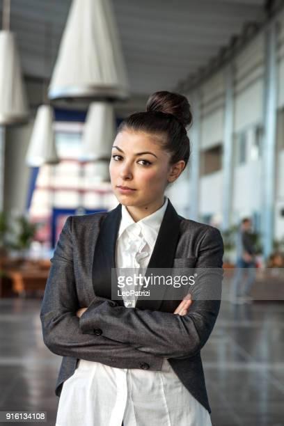 Portrait de femme d'affaires jeune regardant la caméra