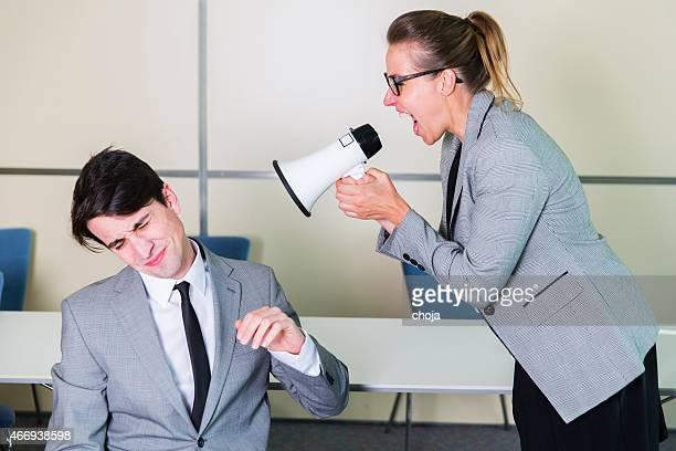 Negócios Jovem mulher gritar com o seu colega de trabalho com Megafone