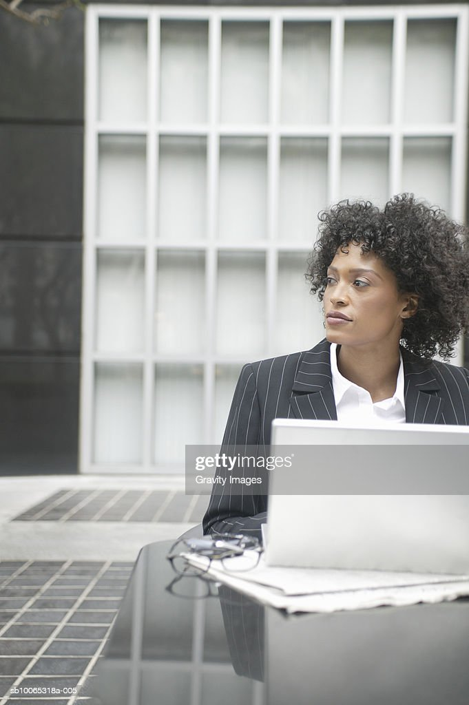 Young business woman sitting in front of laptop : Foto stock