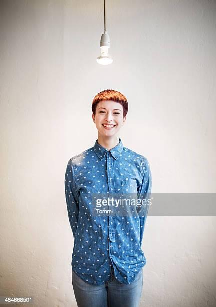 Jeune femme d'affaires sous Ampoule électrique