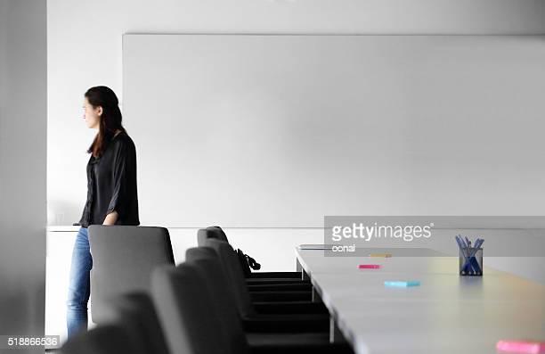 young business woman walking - conferentietafel stockfoto's en -beelden