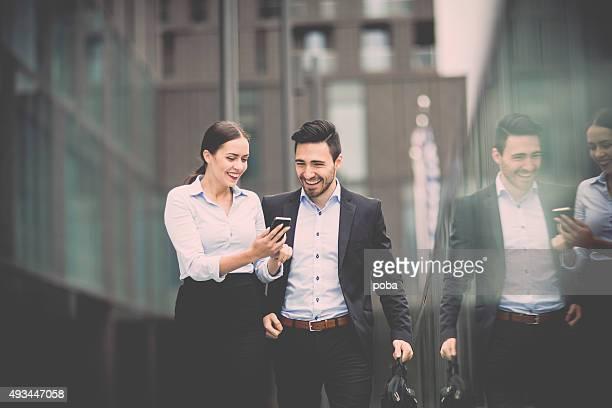 若いビジネス女性、お仕事仲間とのビジネス地区も