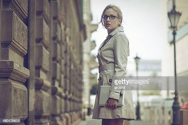若いビジネス女性、デジタルタブレット上、街通り - トレンチコート ストックフォトと画像