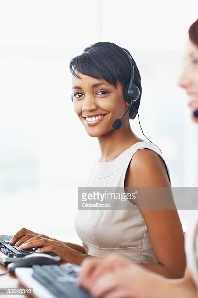 Jeune femme d'affaires avec ses collègues de travail dans un centre d'appels