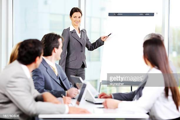 Young business-Frau mit Ihren Kollegen bei einem Treffen.