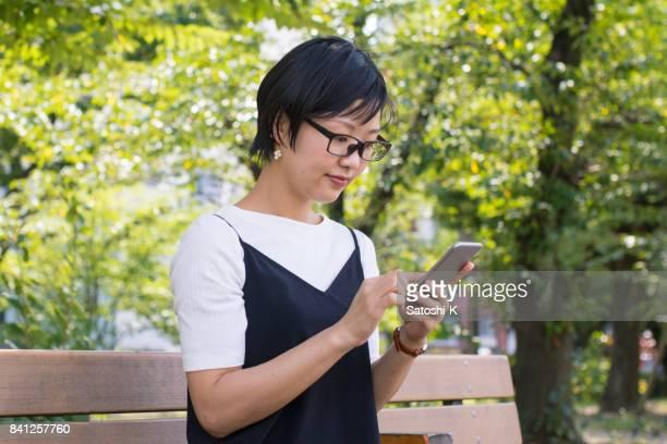 公共の公園で働く若いビジネス女性 - 30 34歳 ストックフォトと画像
