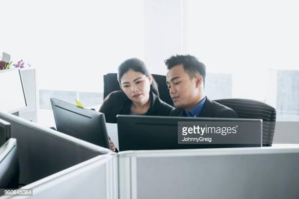 青年実業家とコンピューターの前に女