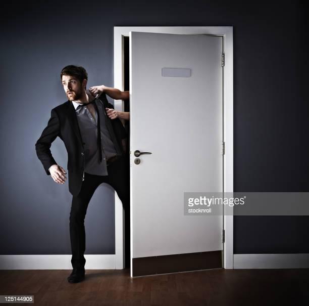 Junger Geschäftsmann, nach hinten zum Büro