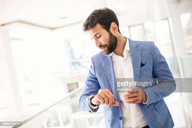 jovem empresário verificar o tempo - ver a hora - fotografias e filmes do acervo