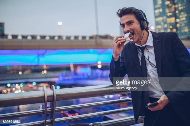 Jonge zakenman eten donut