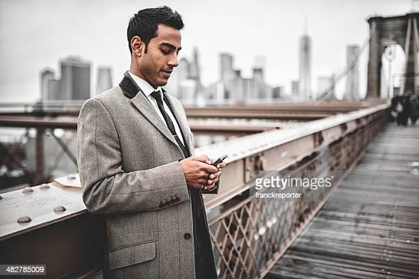 jovem empresário empresário de mensagens no brooklyn bridge - só um adulto de idade mediana - fotografias e filmes do acervo