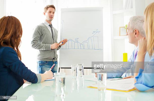 Junger Geschäftsmann eine Präsentation im Büro.