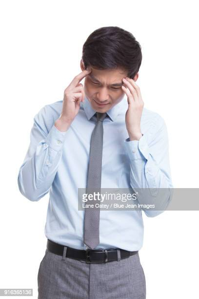 young businessman having a headache - só homens jovens imagens e fotografias de stock
