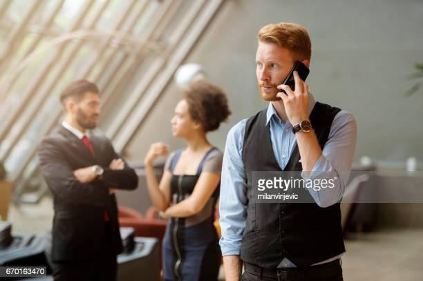 Jeune homme d'affaires ayant un phonecall