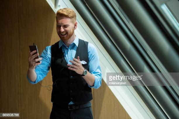 Jeune homme d'affaires ayant appel vidéo
